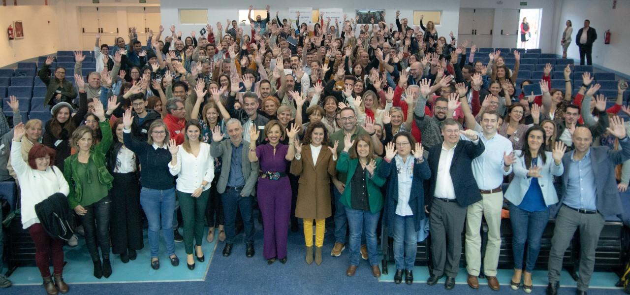 Foto de familia en las jornadas de clausura de Barrios por el Empleo: Juntos más Fuertes 2019, celebradas en el Recinto Ferial de Santa Cruz de Tenerife