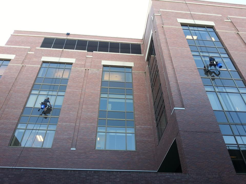 Operarios limpian los cristales de un edificio